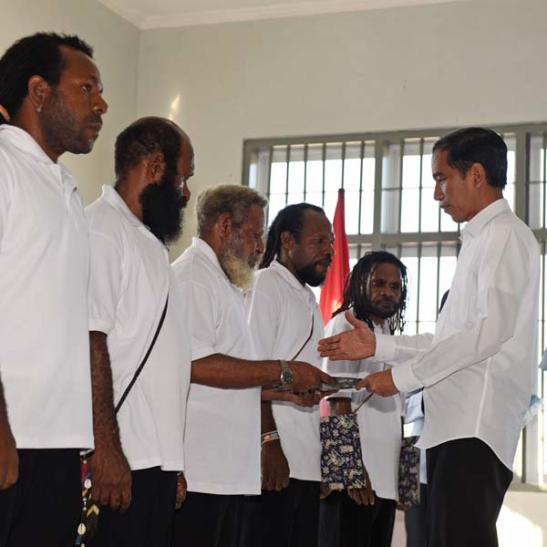 Presiden Jokowi memberikan grasi kepada lima tahanan politik yang terlibat Organisasi Papua Merdeka, di Lapas Abepura, Jayapura, Papua, Sabtu (9/5/2015).